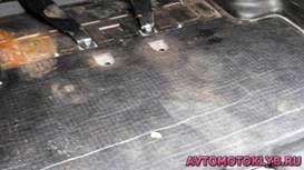 Большая часть пола багажного отделения покрыта шумоизоляционным матом